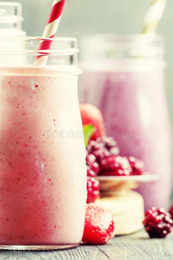 Выбор розовых smoothies ягоды и milkshakes, серого backgroun стоковое изображение rf