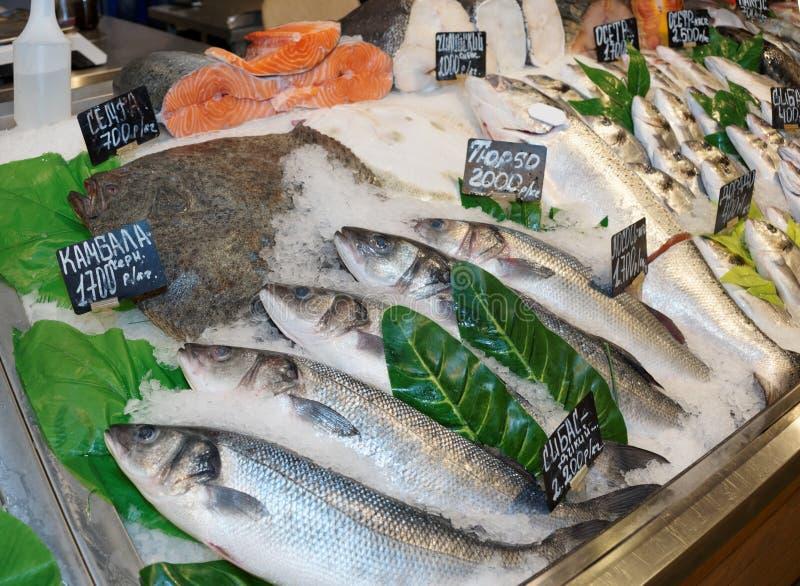 Выбор рыб на продовольственном рынке стоковые фотографии rf