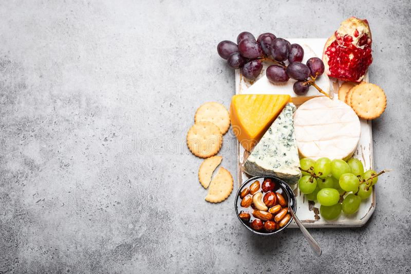 Выбор сыра и закусок стоковое изображение