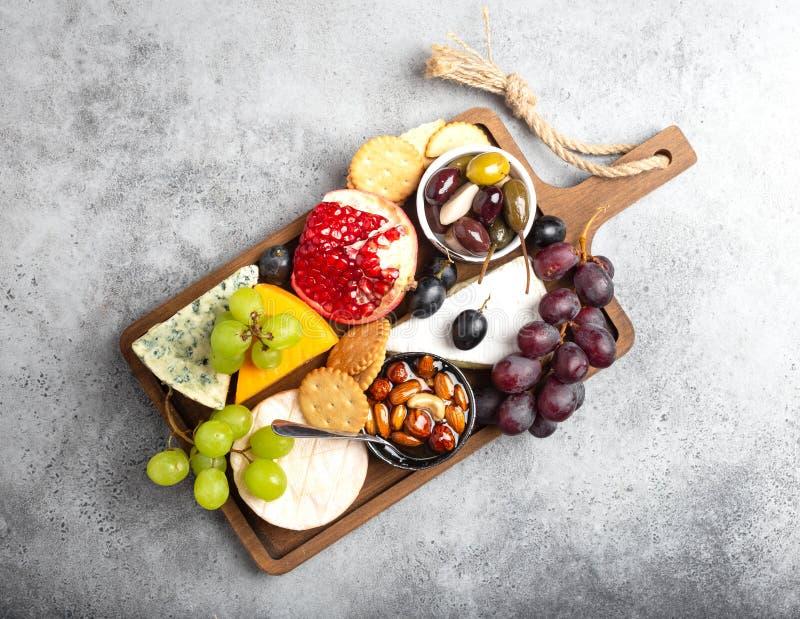 Выбор сыра и закусок стоковая фотография
