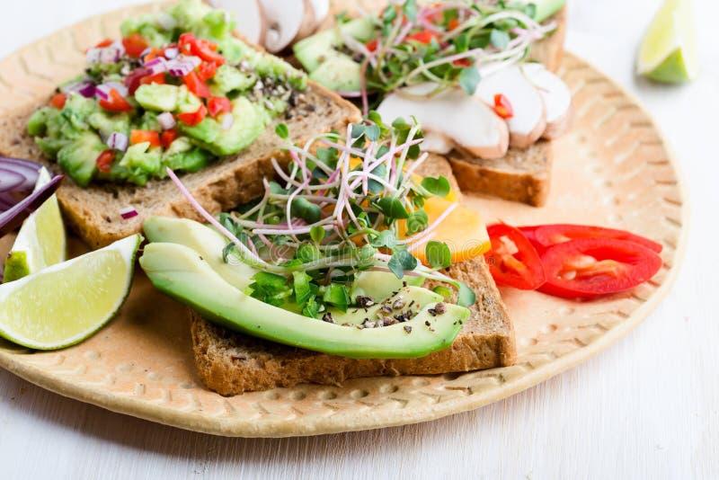 Выбор тостов авокадоа на хлебе зерна Здоровое основанное на завод стоковые изображения rf