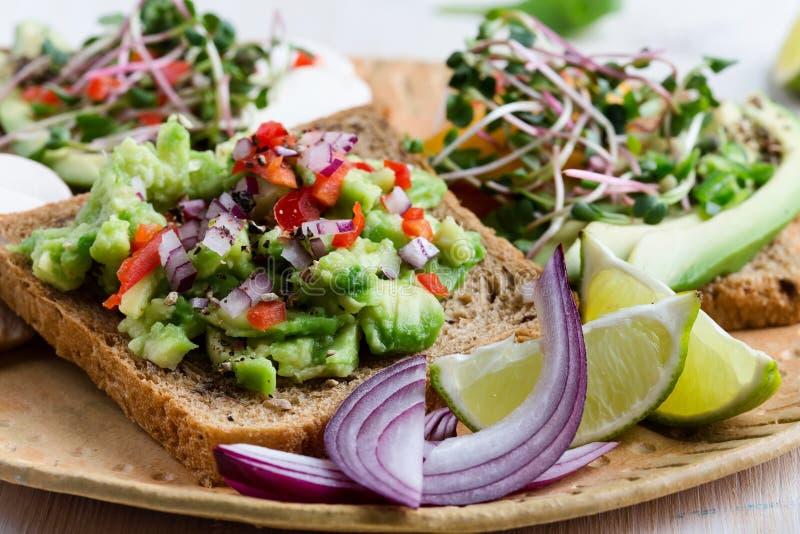 Выбор тостов авокадоа на хлебе зерна Здоровое основанное на завод стоковые фото