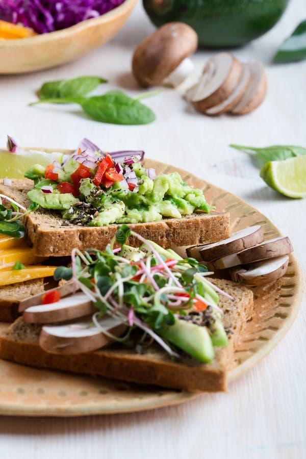 Выбор тостов авокадоа на хлебе зерна Здоровое основанное на завод стоковые изображения