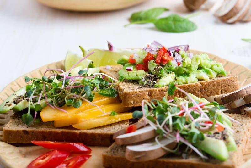 Выбор тостов авокадоа на хлебе зерна Здоровое основанное на завод стоковое изображение rf