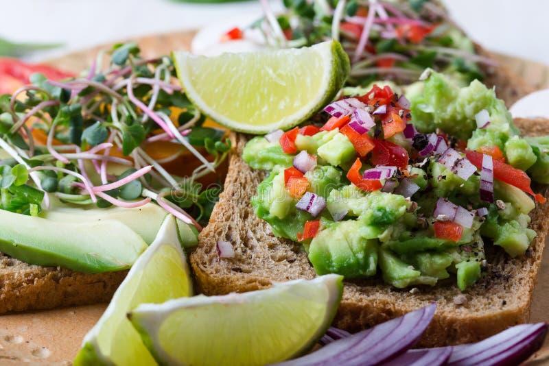 Выбор тостов авокадоа на хлебе зерна Здоровое основанное на завод стоковая фотография rf