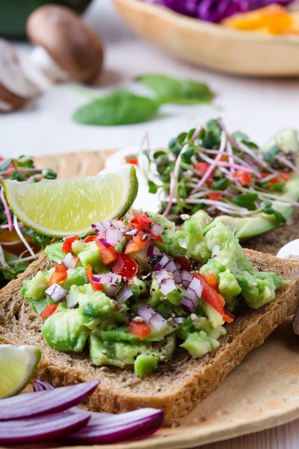Выбор тостов авокадоа на хлебе зерна Здоровое основанное на завод стоковое фото