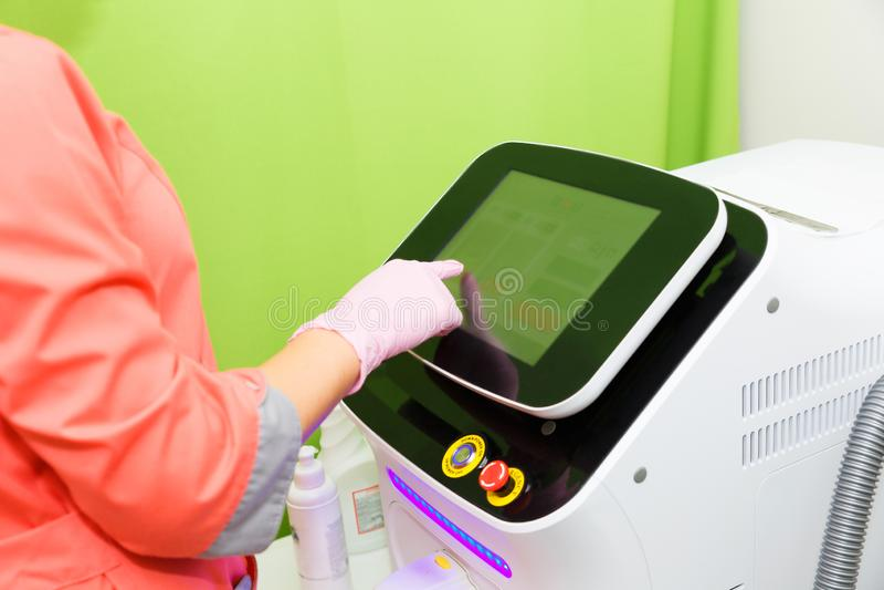 Выбор установок на приборе для удаления волос лазера Удаление волос, депиляция ясная кожа стоковое изображение rf