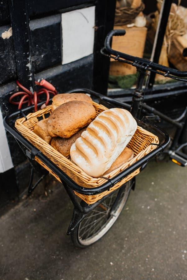 Выбор хлеба в корзине для велосипедов стоковые фотографии rf
