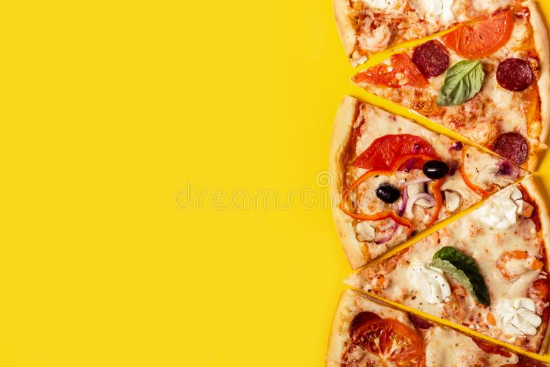 Выбор Assorted соединяет пиццу на желтой предпосылке Пицца Pepperoni, вегетарианца и морепродуктов стоковое изображение