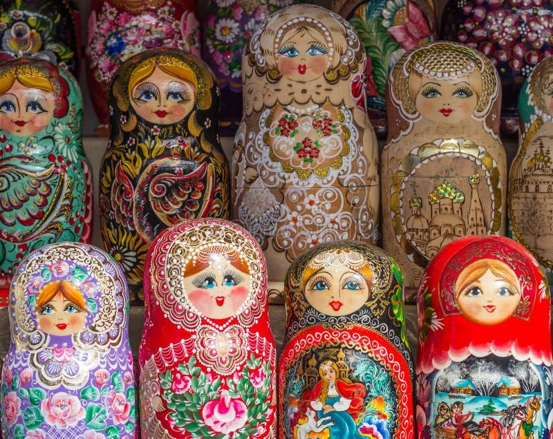 Выбор Matryoshka гнездился куклы на продаже как сувениры, Russi стоковое изображение