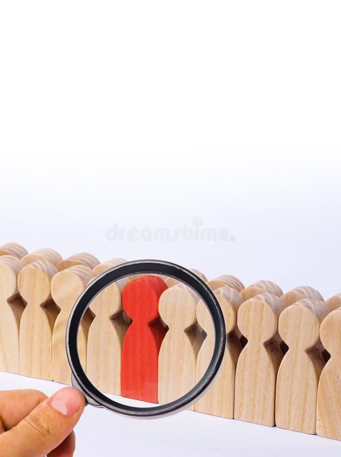 Выбранная персона среди других Человеческая диаграмма красного цвета стоковая фотография