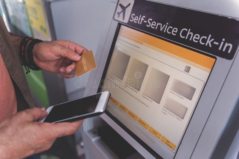 Выбудьте руку держа деньги телефона и пластмассы стоковые изображения