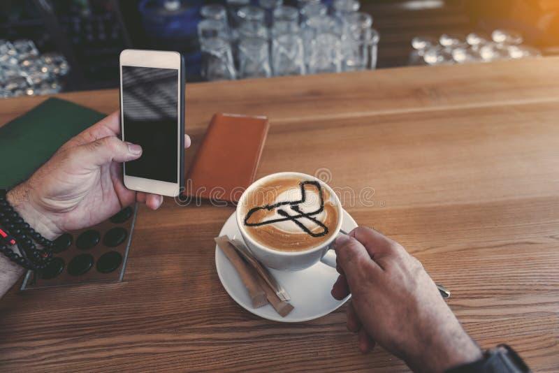 Выбудьте руку держа кофейную чашку и чернь стоковое изображение rf