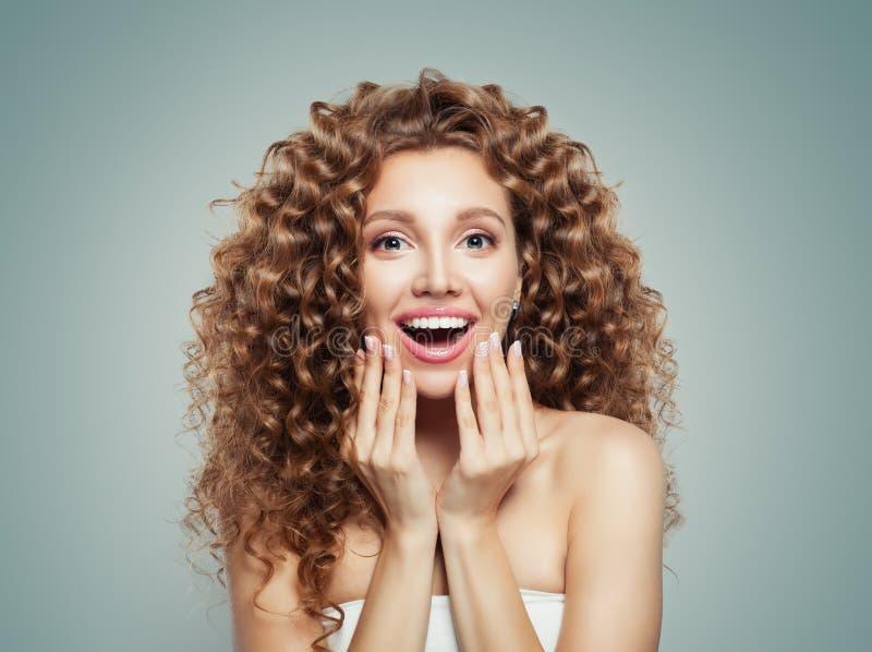 Выведенный из кричащий портрет молодой женщины Удивленный студент девушки с длинным вьющиеся волосы сярприз модель способа взволн стоковое изображение rf
