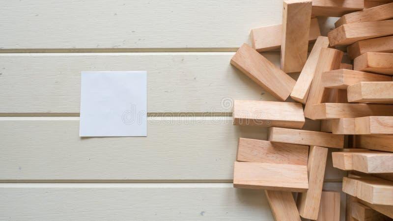 Вывесите его и деревянный блок на деревянной предпосылке стоковая фотография