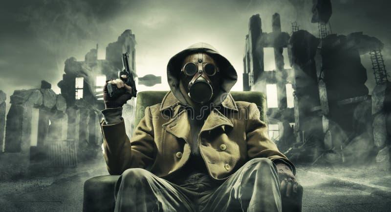 Вывесьте апоралипсическое оставшийся в живых в маске противогаза стоковая фотография rf