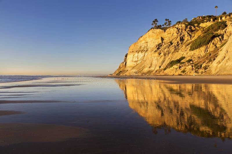 Выветренные скалы песчаника отраженные на пляже положения La Jolla сосен Torrey Сан-Диего Калифорнии стоковое фото rf