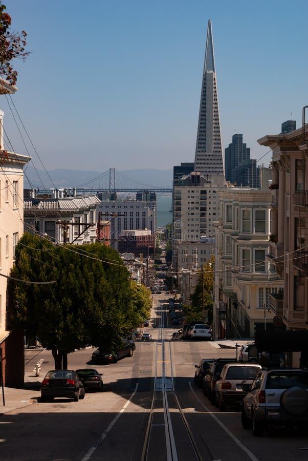 Выглядеть покатый к пирамиде в городском Сан-Франциско стоковые фотографии rf