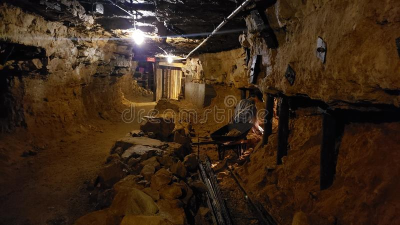 Выглядящ резервный тоннелем шахты стоковое фото rf