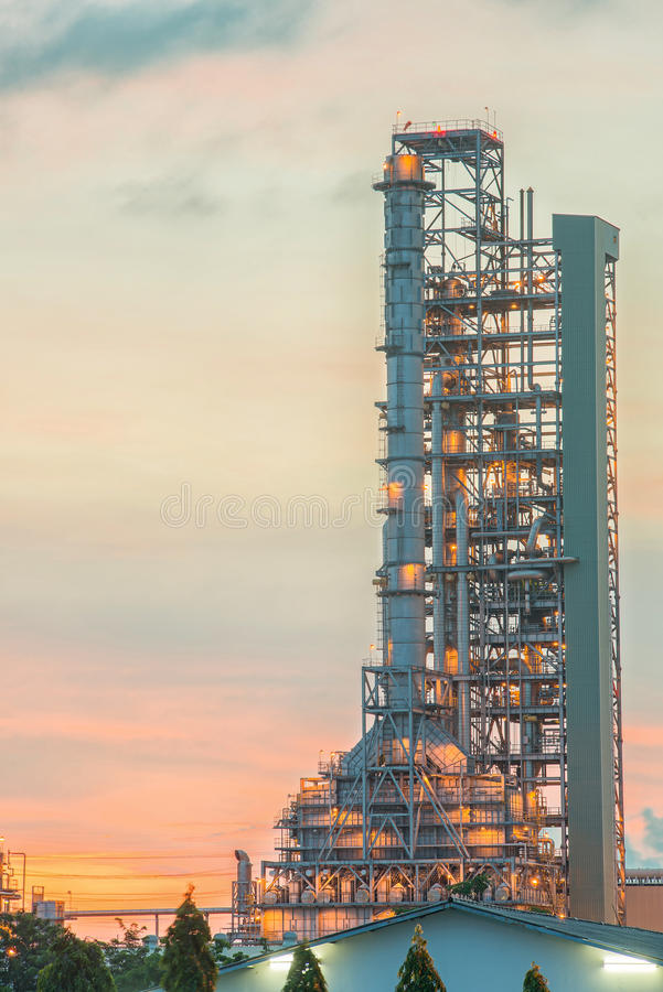 Выгонка нефтеперерабатывающего предприятия на сумерк стоковые фотографии rf