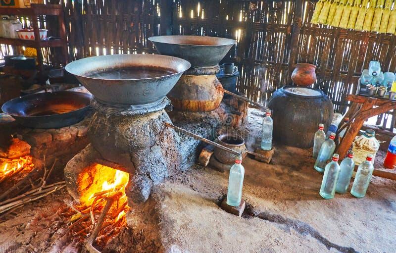 Выгонка сильного алкоголя ладони, Bagan, Мьянмы стоковые фото