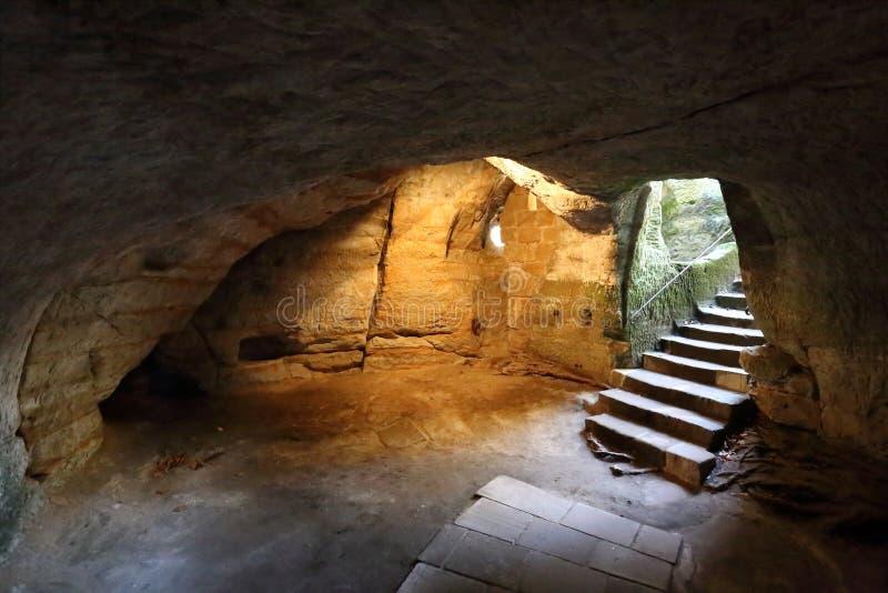 Выдалбливайте погреб с лестницами и историческими стенами стоковые фото