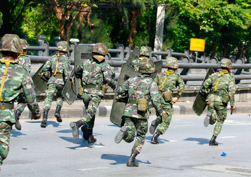 выдвигаясь пересечение гама daeng к войскам стоковые изображения rf