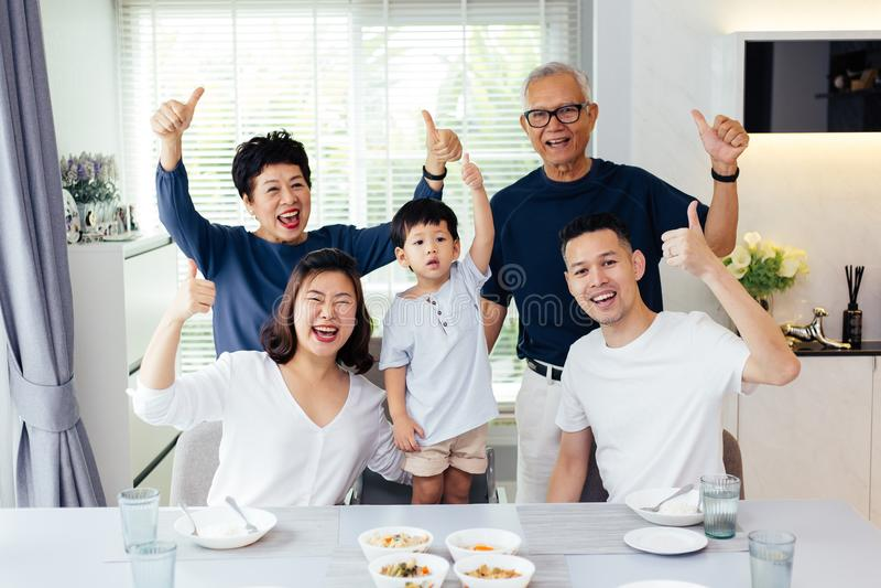 Выдвинутые азиатские поколения семьи из трех человек имея togethe еды стоковое фото