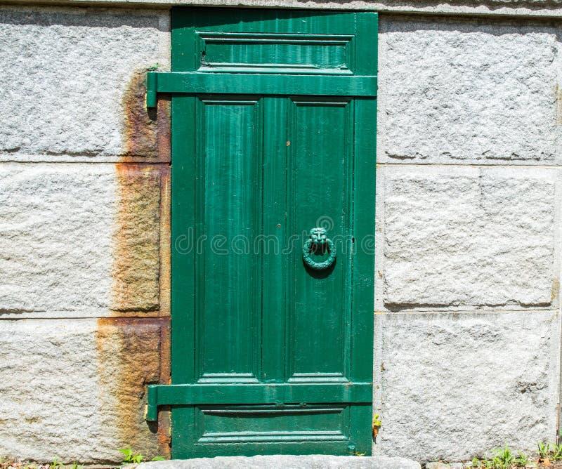 Выдержанная дверь к крипте кладбища стоковая фотография rf