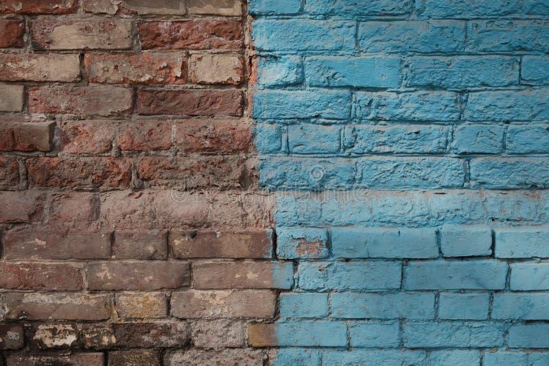 Выдержанная половина кирпичной стены покрашенная в голубом цвете стоковое изображение rf