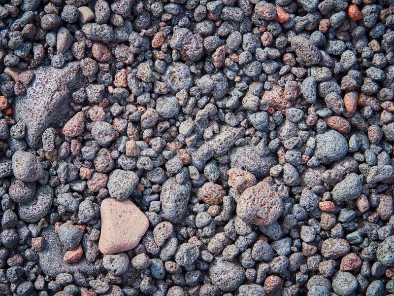 Выдержанные, округленные камешки лавы на пляже острова Stromboli, Сицилии, Италии стоковые изображения