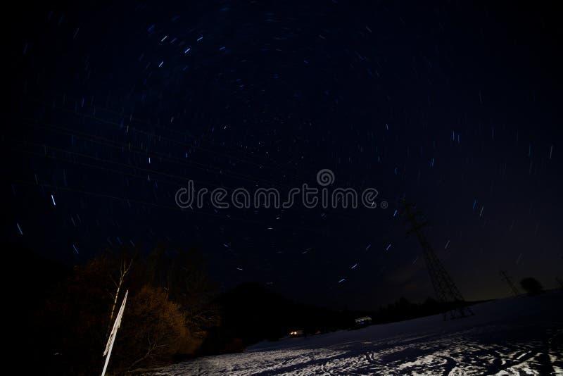 Выдержка долгого времени со следами поляриса и голубой звезды стоковое изображение