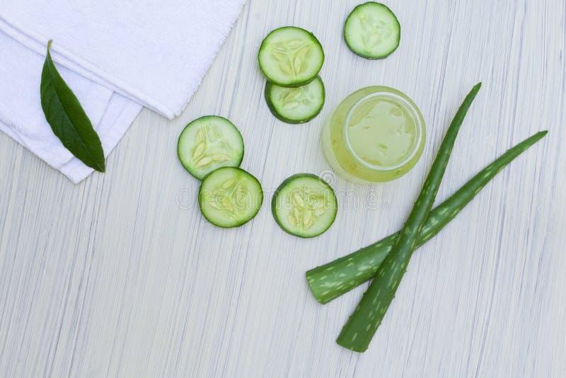 Выдержка vera алоэ прозрачная с свежими листьями и отрезанным салатом стоковые изображения rf