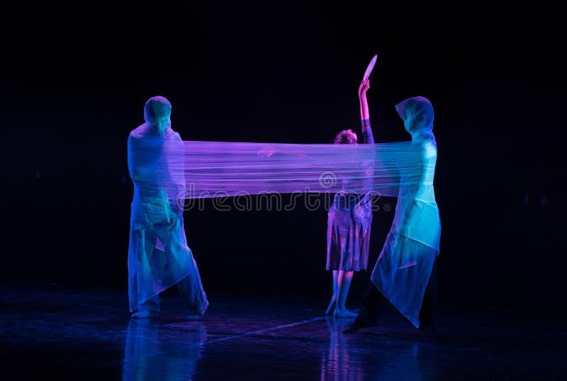 Выживание или Разрушени-люди которое легко осел ¬Å 'ââ драмы обманывать-танца «получают  ¬Â 'waterââ стоковые изображения rf