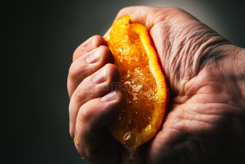 Выжимкы человека драматические оранжевые Conceptis утомляло от работы стоковое фото