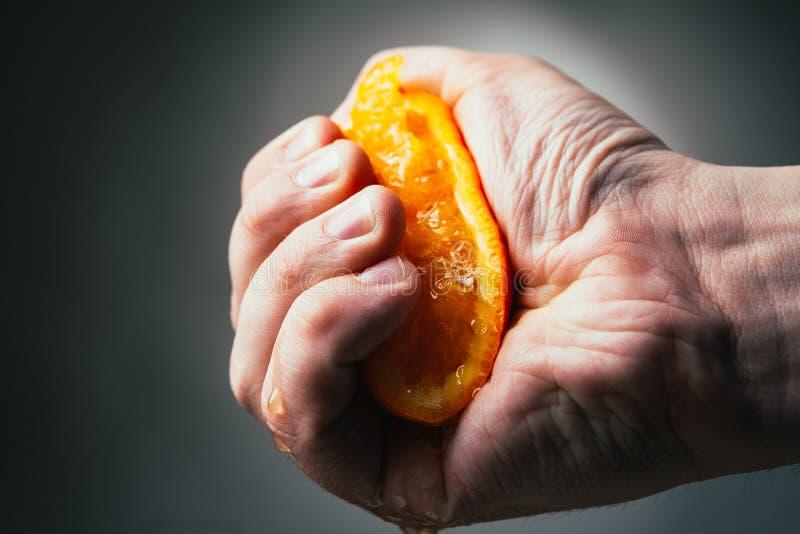 Выжимкы человека драматические оранжевые Conceptis утомляло от работы стоковые изображения
