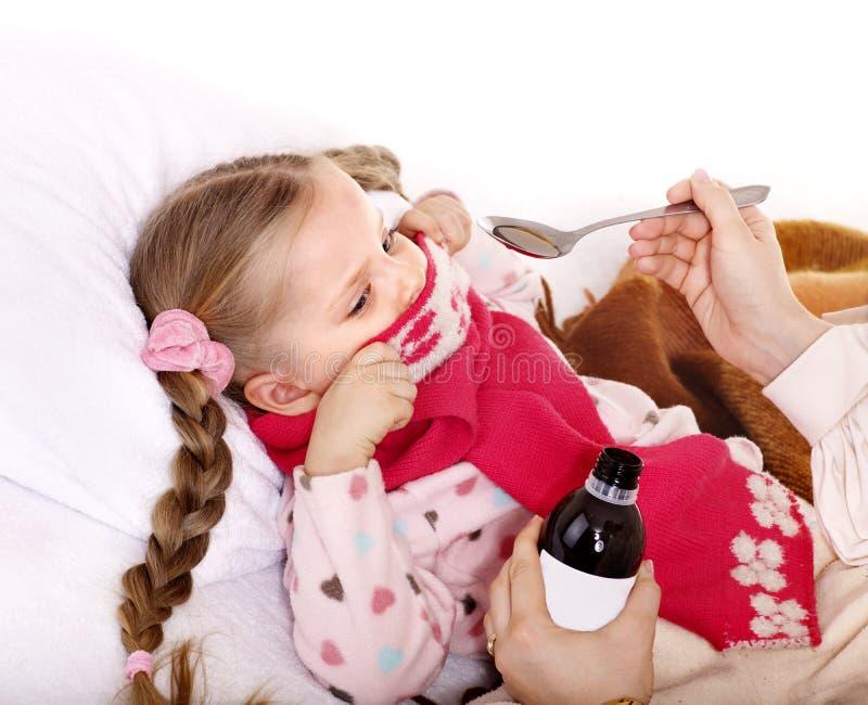 выжимк микстуры ребенка больная принимает к стоковое изображение