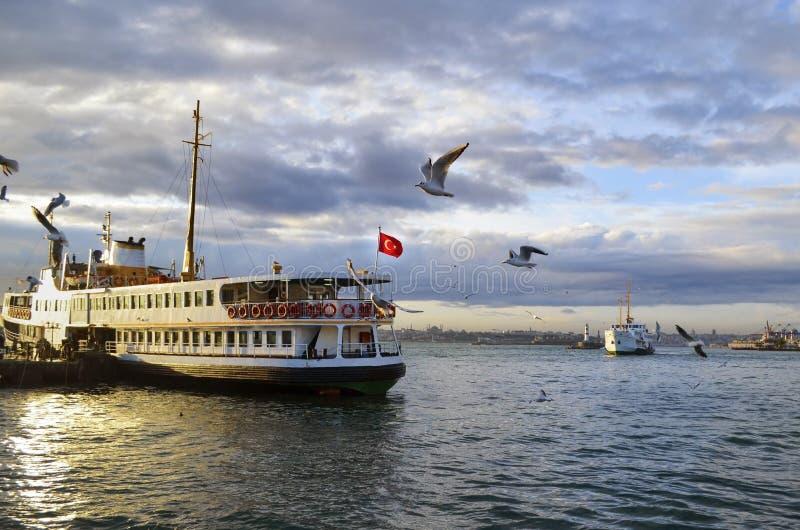Вызванные паромы Стамбула (vapur в Turkish) стоковая фотография