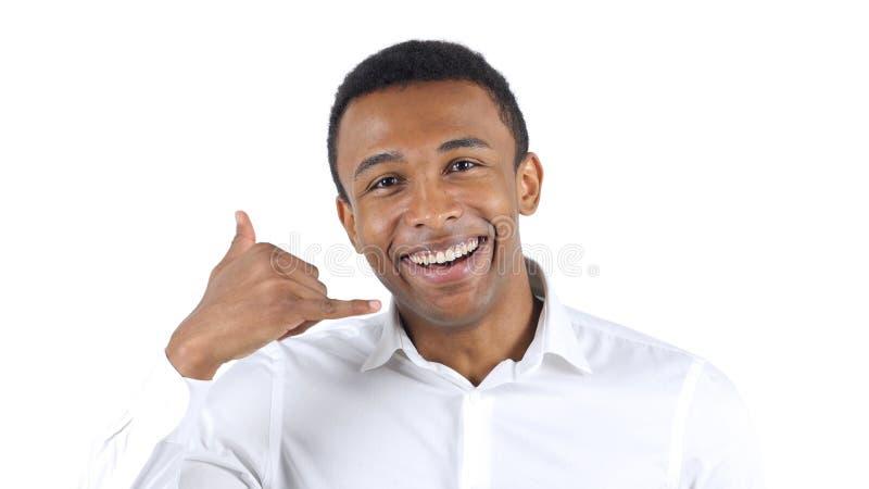 Вызовите меня жестом Афро-американским человеком стоковое изображение