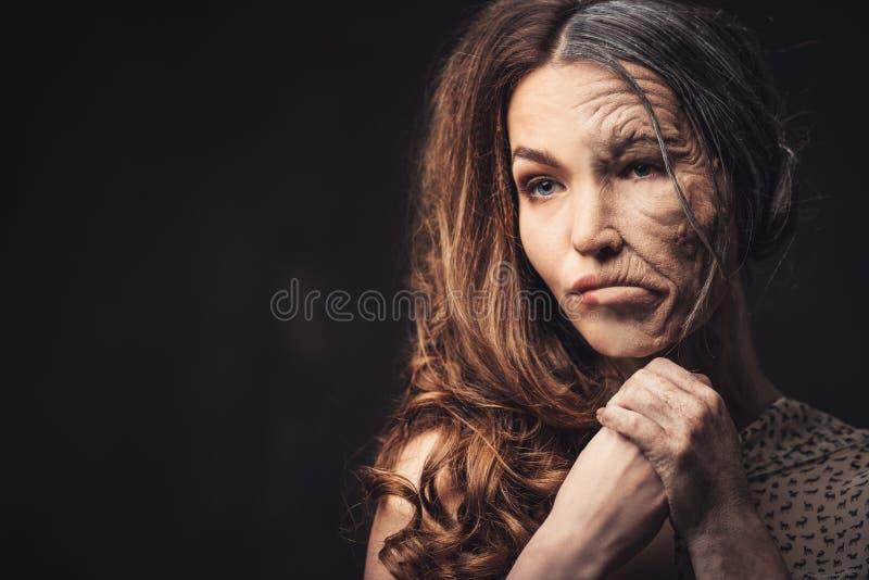 Вызревание, концепция заботы кожи Половинная старая половинная молодая женщина стоковое фото rf