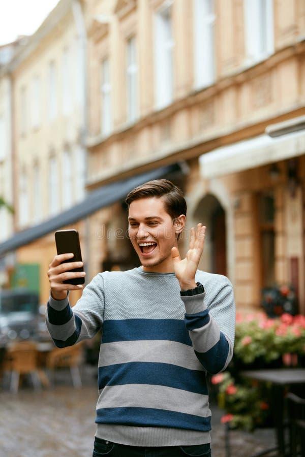 Вызывать человека видео- на телефоне на улице стоковые фотографии rf