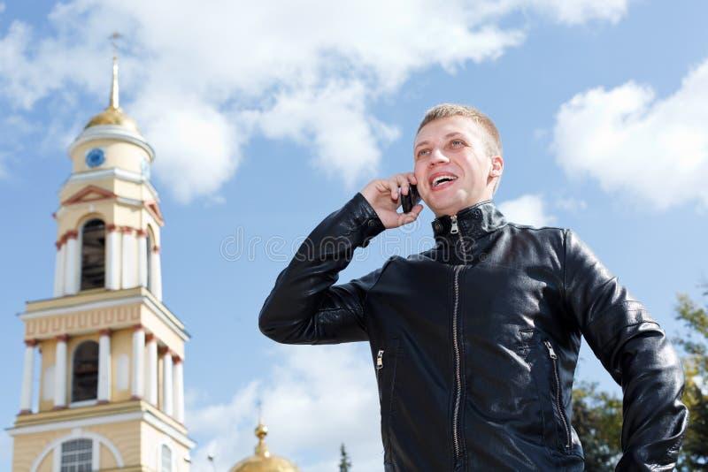 вызывающ ванту красивый детенышами мобильного телефона стоковые фотографии rf