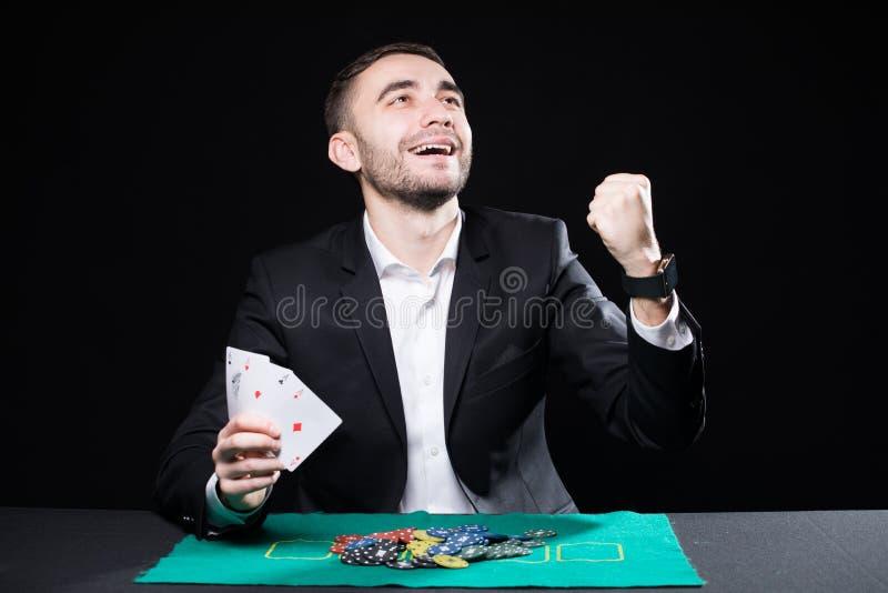 Выиграйте человека с 4 тузами в руках играя на таблице в казино стоковое фото