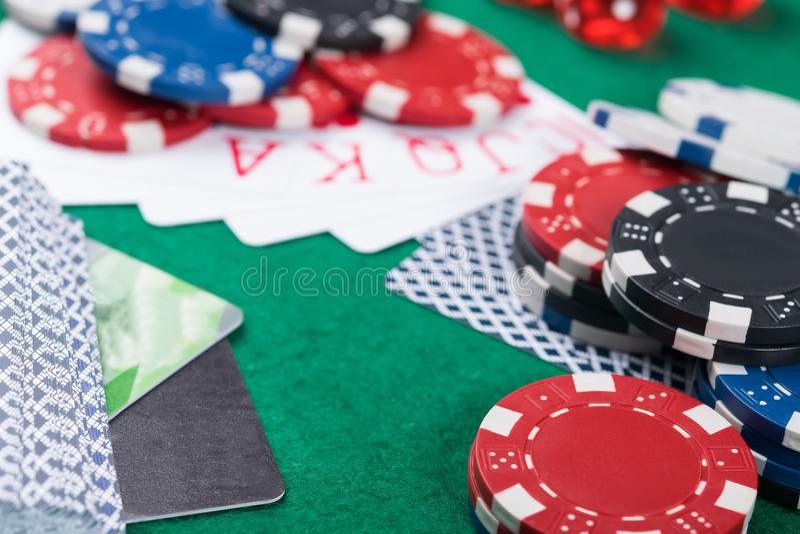 Выигрывая карточки сочетаний из на зеленой таблице покера, карточки банка, который нужно оплатить для победы стоковые изображения rf