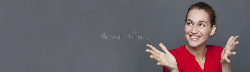 Выигрывая концепция поведения при шикарная девушка смеясь над, копирует панораму космоса стоковое фото