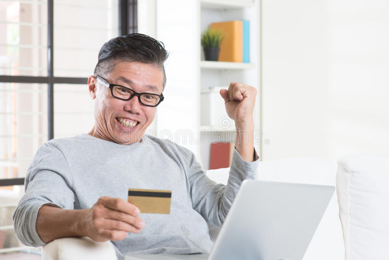 Выигрывая призы путем делать онлайн оплату стоковые изображения