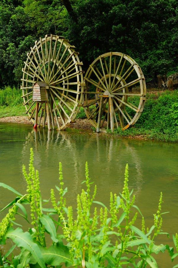 Выйдите хорошие памяти в мои потоки родного города и колесо воды стоковая фотография rf
