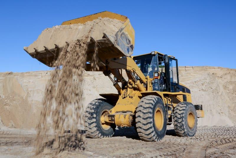 Выкапывая и нагружая песок с машиной в карьере стоковые фотографии rf
