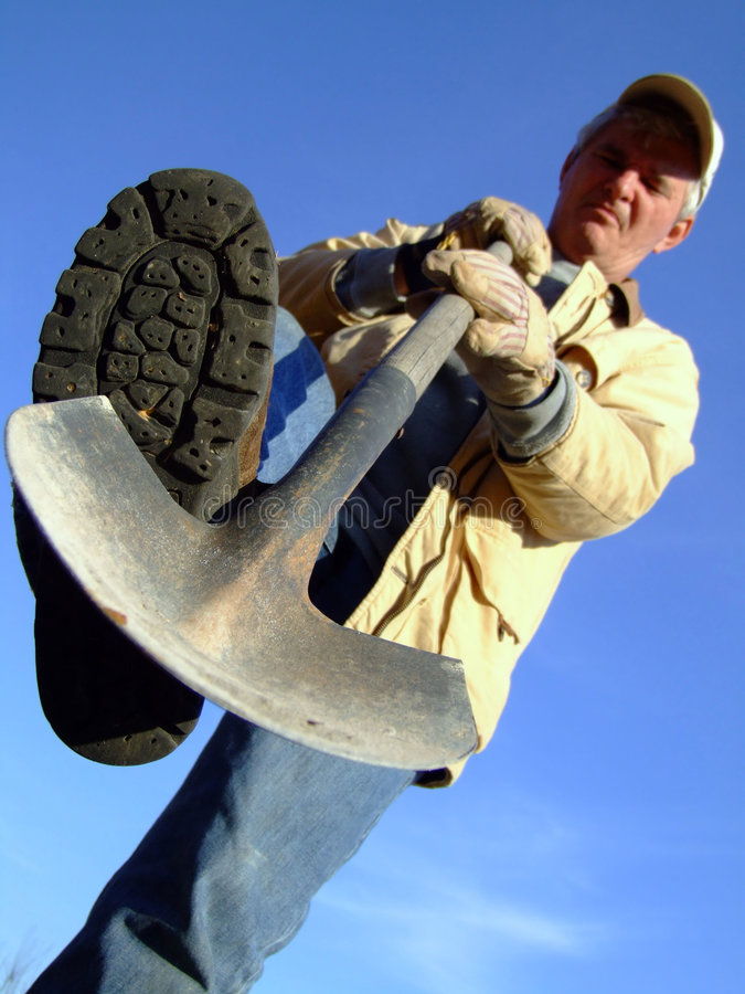 выкапывая лопаткоулавливатель старшия хуторянина стоковое изображение