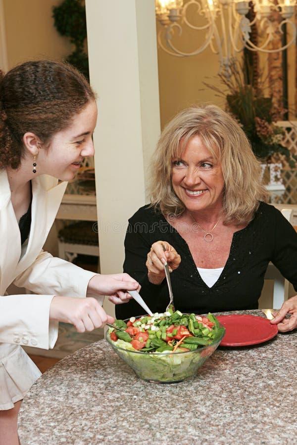 выкапывая салат к стоковое фото rf